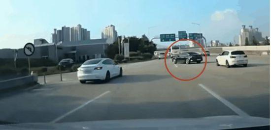 지난 17일 유튜브 '한문철TV'에는 지난달 발생한 검은색 기아 K5와 테슬라 모델3 간의 사고 블랙박스 영상이 올라왔다.  [사진=유튜브 '한문철TV' 캡처]