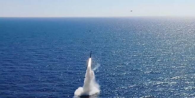 한국이 독자 개발한 잠수함발사탄도미사일(SLBM)의 발사 장면을 국방부가 17일 추가 공개했다. 이날 추가 공개된 영상에는 도산안창호함(3000t급)에 탑재된 SLBM이 수중을 빠져나와 하늘로 향하는 모습이 담겨있다. /국방부 제공