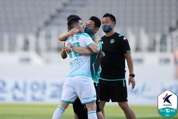 까뇨뚜(왼쪽, 안산그리너스). 한국프로축구연맹 제공