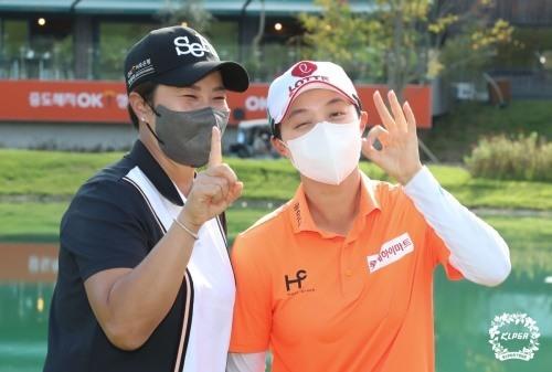 우승 직후 호스트인 박세리와 기념촬영중인 김효주(오른쪽). [사진=KLPGA]