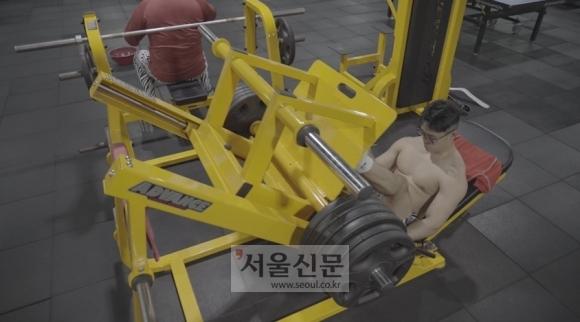 훈련장에 마련된 체력단련장에서 하체훈련을 하고 있는 손희찬 선수 모습