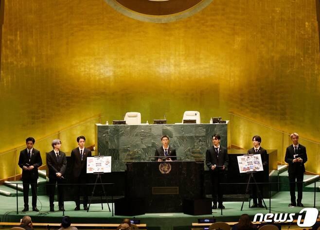 그룹 방탄소년단(BTS)이 20일(현지시간) 뉴욕 유엔본부에서 열린 제76차 유엔 총회 SDG Moment(지속가능발전목표 고위급회의) 개회 세션에서 발언을 하고 있다. © AFP=뉴스1