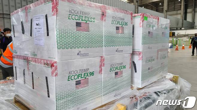 미국 정부가 제공하는 얀센 코로나19 백신 40만회분이 지난 8월15일 오후 인천국제공항 화물터미널을 통해 들어오고 있다. (주한미국대사관 제공) 2021.8.15/뉴스1