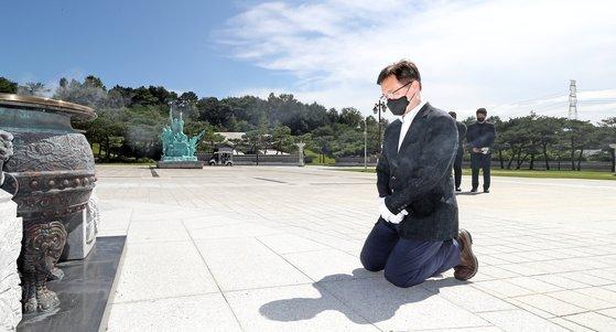 국민의힘 대권 주자인 최재형 전 감사원장이 지난달 28일 오전 광주 북구 운정동 국립 5·18민주묘지를 찾아 참배단에서 무릎을 꿇으며 묵념하고 있다. 연합뉴스