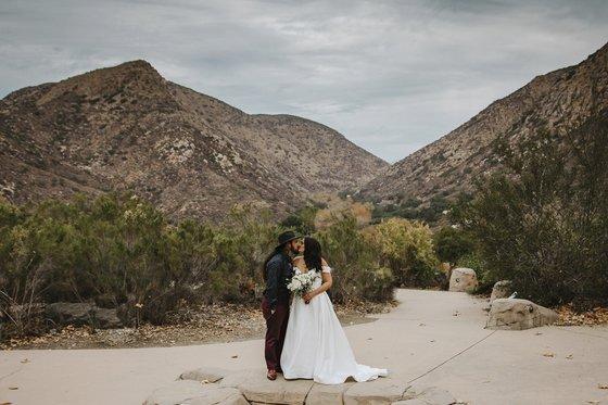지난해 미 캘리포니아주 한 지역 공원에서 신혼 부부가 결혼 사진을 찍고 있다. [AP=연합뉴스]