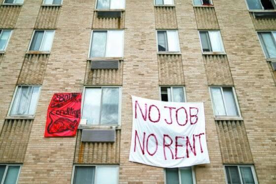 지난해 8월 미국 워싱턴 DC에서 코로나19 대유행으로 한 세입자가 실직으로 내쫓길 위기에 처하자 항의 시위를 벌이고 있다. [로이터=연합뉴스]