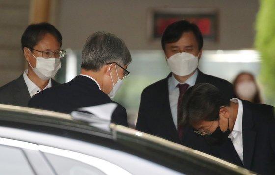 최재형 감사원장이 지난 6월 28일 오후 서울 종로구 감사원에서 퇴근하며 직원들과 인사를 나누고 있다. 이날 최재형 감사원정은 출근길에서