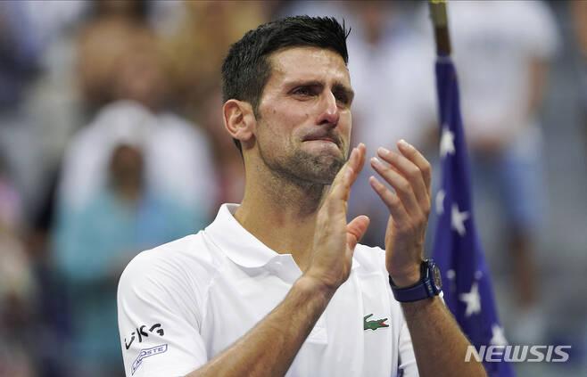 [뉴욕=AP/뉴시스] 노바크 조코비치(1위·세르비아)가 12일(현지시간) 미국 뉴욕 빌리진 킹 내셔널 테니스센터의 아서애시스타다움에서 열린 US오픈 테니스 선수권 남자 단식 결승전에서 다닐 메드베데프(2위·러시아)에 패한 후 팬들에 인사하며 눈물을 글썽이고 있다. 조코비치는 메드베데프에 세트 스코어 0-3(4-6 4-6 4-6)으로 완패하며 캘린더 그랜드슬램 도전에 실패했다. 2021.09.13.