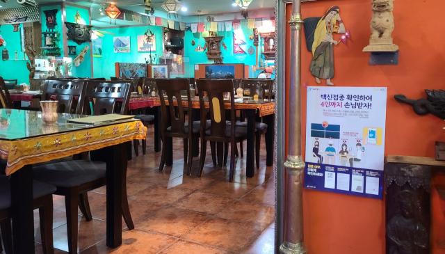 17일 서울 동대문구 창신동의 한 네팔 음식점에 손님이 없어 한적한 모습이다. /강동헌 기자