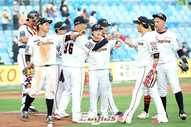 ▲ 21일 LG전 승리 후 세리머니하는 한화 이글스 선수단 ⓒ한화 이글스