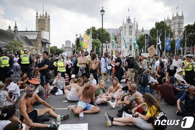 19일(현지시간) 런던 의회 광장에서 백신 접종 반대 시민들이 항의시위를 하고 있다. © AFP=뉴스1 © News1 우동명 기자