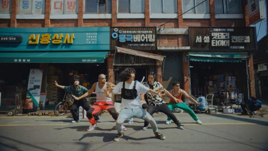 한국관광공사의 한국관광 홍보영상 '필 더 리듬 오브 코리아'(Feel the Rhythm of Korea) 시즌2 중 '대구편'(쾌지나칭칭나네)의 한 장면.