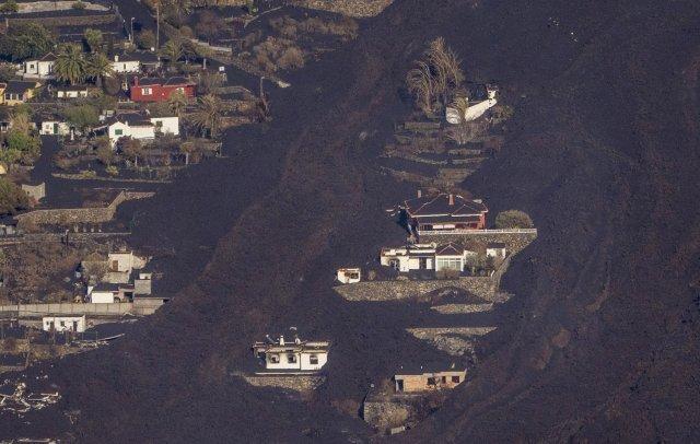 23일 화산 폭발로 분출된 용암이 스페인 카나리아스의 라 팔마 섬의 주택을 집어삼키고 있다. AP=뉴시스