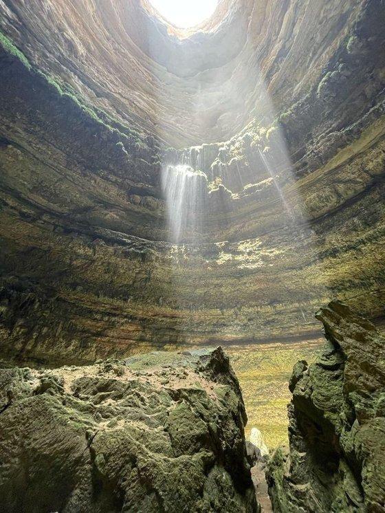 예멘 '지옥의 우물' 내부에서 바라본 동굴 입구. 사진 더내셔널