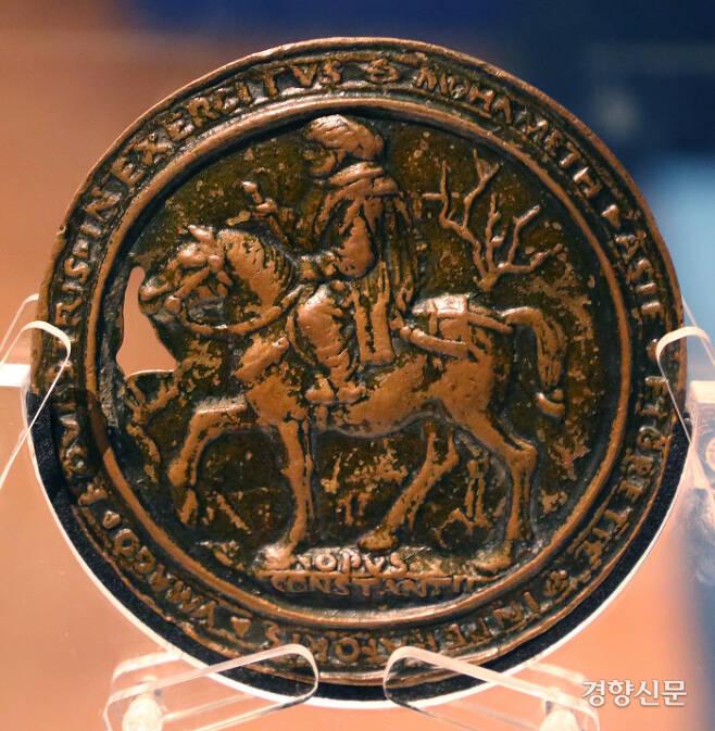 코스탄초 다 페라라가 제작한 메흐메트 2세의 초상메달의 뒷면. 도서출판 길 제공