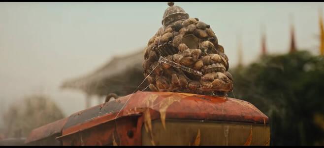 머드맥스 갯벌경운기 머리에 달아놓은 바지락 도깨비는 영화 매드맥스의 사막 해골을 닮았다.