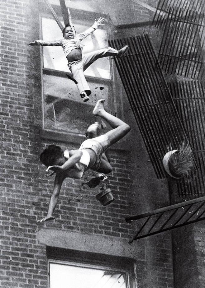 1976년 보스턴의 화재 현장에서 외벽 비상계단이 무너지는 모습을 촬영한 스탠리 포먼의 사진 '비상계단의 붕괴'.