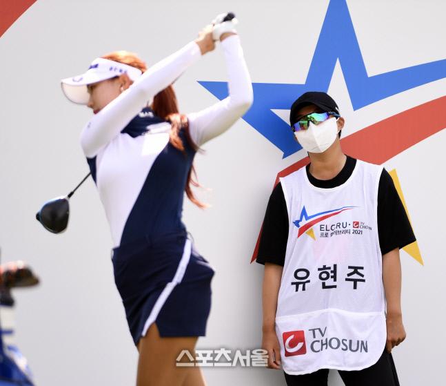김효주가 유현주의 스윙 모습을 지켜보고 있다. 안산 = 이주상기자 rainbow@sportsseoul.com