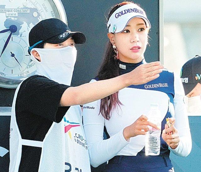 24일 KLPGA투어 엘크루-TV조선 프로 셀러브리티 대회 1라운드에서 유현주(오른쪽)와 일일캐디로 나선 김효주가 코스에 대해 이야기하고 있다. 골프인 제공