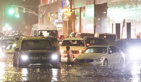 지난 1일 미국 동북부 뉴욕을 강타한 허리케인 아이다로 퀸스 거리가 물에 잠겼다. [EPA=연합뉴스]