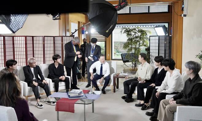 [뉴욕=뉴시스] 김진아 기자 = 문재인 대통령이 그룹 BTS(방탄소년단)와 21일 오후(현지시간) 미국 뉴욕 주유엔대표부에서 ABC 방송과의 인터뷰를 준비하고 있다. 2021.09.22.