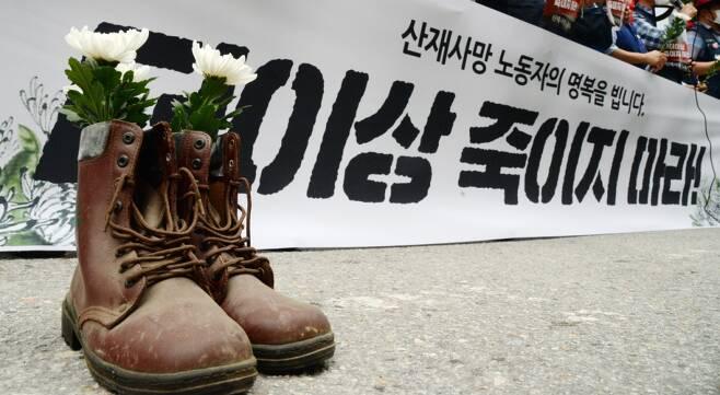 지난 6월 22일 타워크레인 작업 중 사망한 노동자에 대한 추모 현장. 지난해 하루 평균 1.55명이, 건설현장에서 숨졌다./사진=뉴스1
