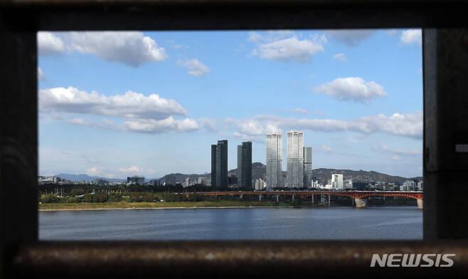 [서울=뉴시스] 김병문 기자 = 완연한 가을 날씨를 보인 지난 24일 오후 서울 동호대교 위에서 바라본 하늘이 파랗다. 2021.09.24. dadazon@newsis.com