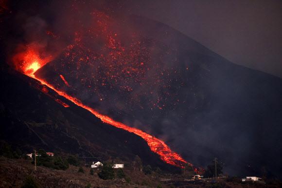 유럽의 하와이로 불리는 스페인 카나리아 제도 라팔마 섬의 쿰브레 비에하 화산이 현지시간으로 19일 폭발했다. 로이터 연합뉴스