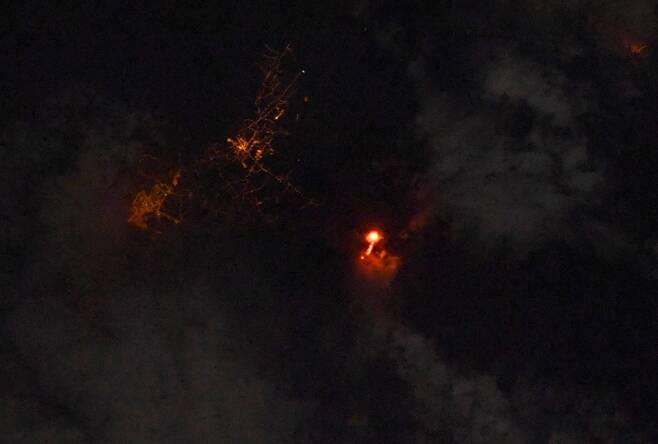 국제우주정거장(ISS)에서 임무를 수행 중인 프랑스 우주비행사가 촬영해 공개한 라팔마 섬 화산 폭발 현장
