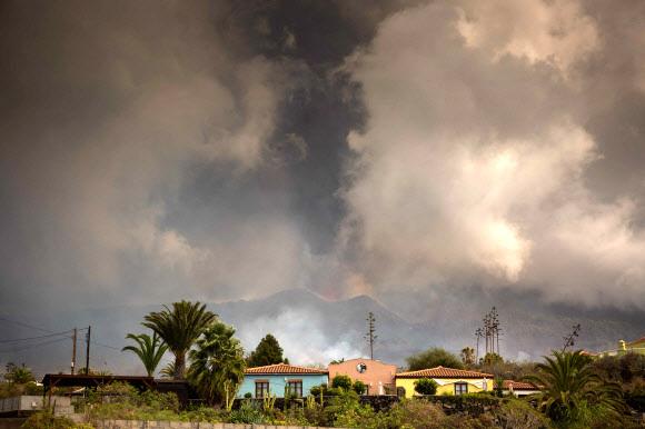 유럽의 하와이로 불리는 스페인 카나리아 제도 라팔마 섬의 쿰브레 비에하 화산이 현지시간으로 19일 폭발했다. AFP 연합뉴스