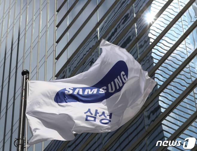서울 서초구 삼성전자 서초사옥에 걸린 삼성 깃발의 모습/뉴스1 © News1 신웅수 기자