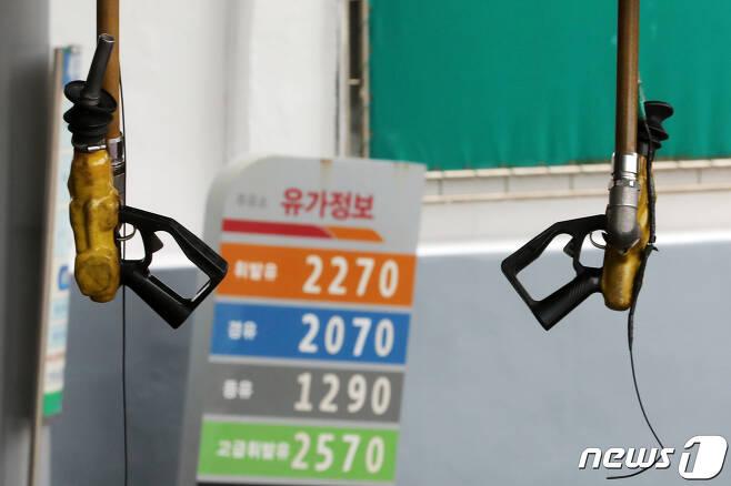 지난 8월13일 서울 시내의 한 주유소에 기름 판매 가격이 게시돼 있다. 2021.8.13/뉴스1 © News1 이승배 기자