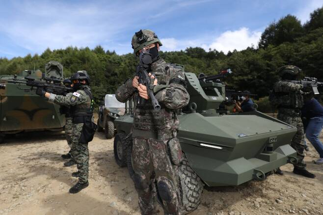 16일 강원도 인제군 육군과학화전투훈련단(KCTC)에서 Army TIGER 4.0 전투실험이 진행된 가운데 군 장병들이 Army TIGER 4.0 장비들을 선보이고 있다. 사진공동취재단