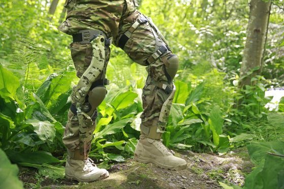 미국 육군이 시험 중인 에너지 회수장비. 무릎에 찬 이 장비는 걸을 때마다 발생하는 미세 전기를 모아 배터리에 충전한다. 바이오닉 파워