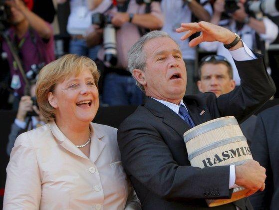 2006년 7월 조지 W. 부시 당시 미국 대통령이 독일을 방문할 당시의 모습. 슈트랄준트 시장 광장에서 청어통을 들고 앙겔라 메르켈 총리 옆에서 포즈를 취하고 있다. [EPA=연합뉴스]
