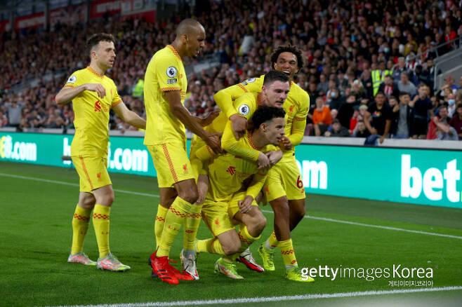 커티스 존스의 득점 후 세레머니 중인 리버풀 선수들. Getty Images 코리아