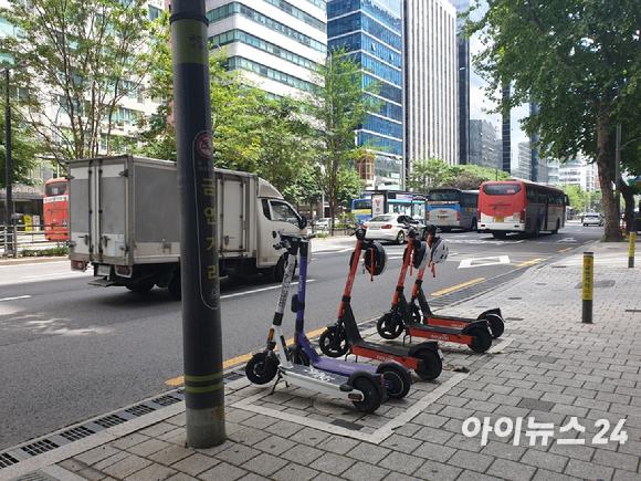 서울 강남구 한 대로 인도변에 주차돼 있는 공유 전동킥보드의 모습.