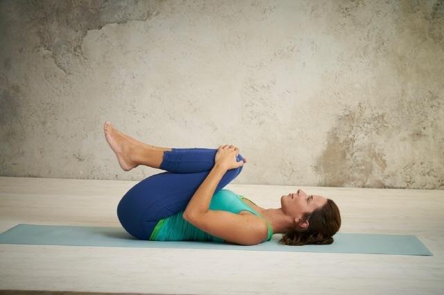 '무릎 안기' 자세는 복부 팽만감을 완화하는 효과가 있다./사진=클립아트코리아