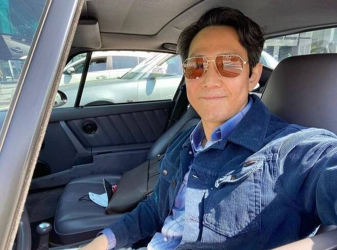 Lee Jung-jae reveals selfieActor Lee Jung-jae posted an article and a photo on his instagram on October 5th, Have a nice day.The photo released is a selfie taken by Lee Jung-jae, wearing a pair of distinctive framed sunglasses and matching a blue jacket with a blue shirt.Fans responded to the smile with their mouths, such as selfless self, beautiful even if you take a self-portrait, show me a picture taken by someone else, face Lee Jung-jae forgiveness.Netflix series squid game is gaining worldwide popularity, and the main character Lee Jung-jae opened an Instagram on the 2nd.Lee Jung-jae Instagram has surpassed 1.64 million followers as of May 5, three days after its opening.Lee Jung-jae played the role of Sung Ki-hoon in squid game.