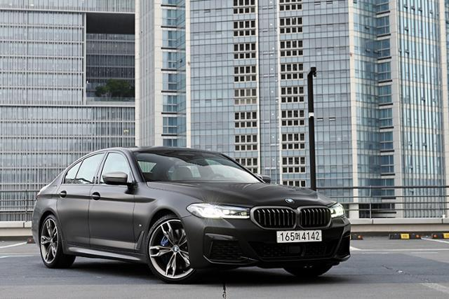 강렬한 퍼포먼스로 무장한 BMW M550i xDrive는 운전자에게 더욱 큰 즐거움을 선사한다.