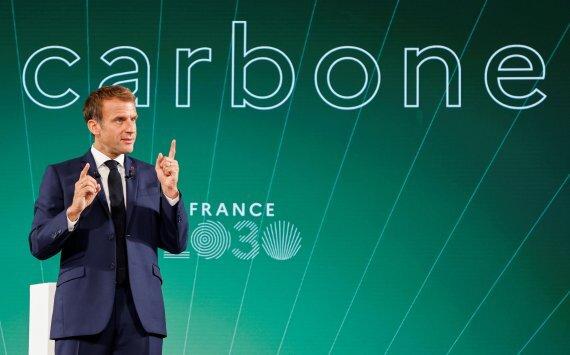 """佛마크롱 """"원전에 10억유로 투자""""에마뉘엘 마크롱 프랑스 대통령이 12일(현지시간) 프랑스 파리 엘리제궁에서 열린 '프랑스2030' 투자 계획 행사에서 말하고 있다. 마크롱 대통령은 녹색 에너지를 강조하며 연내 원자력 발전에 10억유로(약 1조3800억원)를 투자할 것이라고 밝혔다. 로이터 뉴스1"""