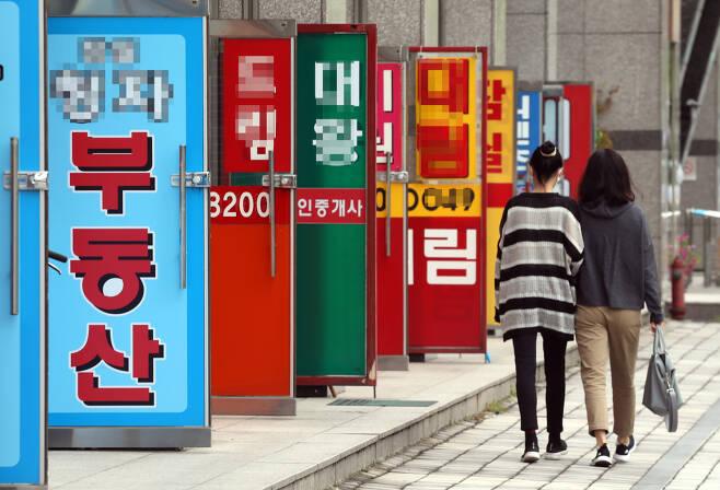 서울 송파구의 공인중개업소들이 밀집한 상가 앞으로 시민들이 걸어가고 있다. [연합]