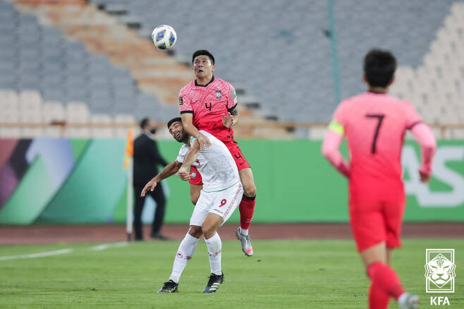 12일 오후 이란 테헤란의 아자디 스타디움에서 열린 2022 카타르 월드컵 아시아지역 최종예선 A조 4차전 대한민국과 이란의 경기에서 대한민국 김민재가 수비를 하고 있다. (대한축구협회 제공) 2021.10.12/뉴스1