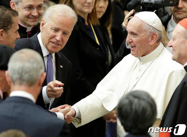 조 바이든 미국 대통령이 오는 29일 이탈리아 로마에서 취임 후 처음으로 프란치스코 교황을 알현한다. 사진은 바이든 대통령이 부통령 시절이던 2016년 4월 29일 바티칸에서 교황을 만난 모습. © 로이터=뉴스1