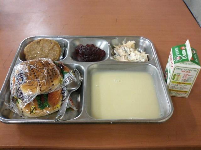 군 장병 식단 중 하나인 빵식, 일명 '군대리아'. /인터넷 캡처