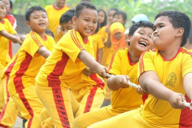 인도네시아 아이들이 줄다리기를 하고 있다. 이슬람인도네시아의대학생협회 제공