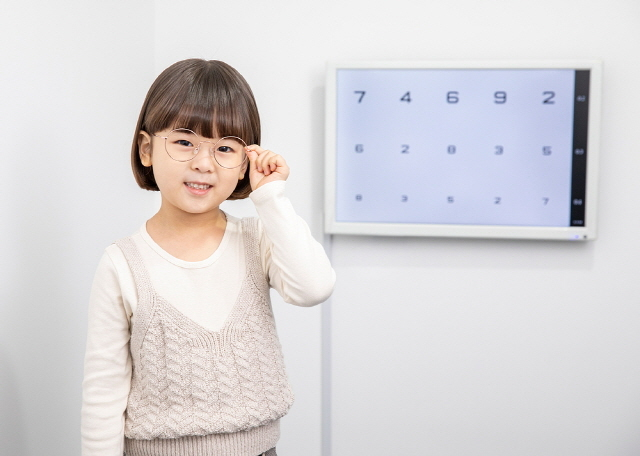 자녀의 눈 건강을 위해서라면 정기적으로 시력 검사를 받는 게 좋다./사진=클립아트코리아