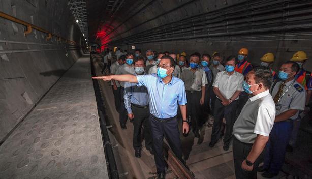리커창 중국 총리(가운데)가 8월 18일 허난성 정저우시 수해 지역의 지하철 터널을 방문한 모습 (사진=연합뉴스)