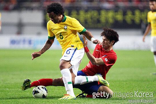 한국영(사진 오른쪽)은 2014 브라질 월드컵 포함 A매치 41경기에 출전한 K리그1 최정상급 미드필더다(사진=게티이미지코리아)