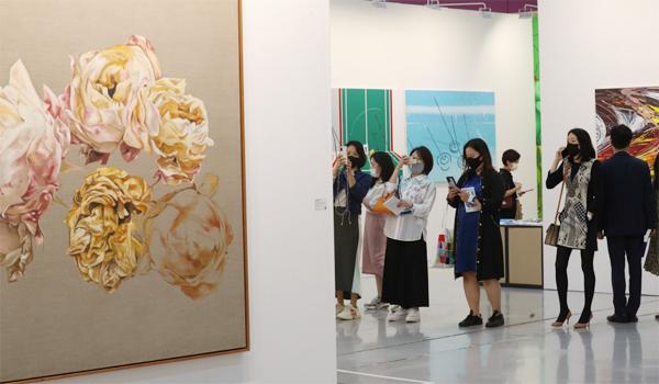 14일 서울 강남구 삼성동 코엑스에서 열린 한국국제아트페어(KIAF)에서 젊은 관람객들과 외국인이 미술 작품을 살펴보고 있다. [이충우 기자]